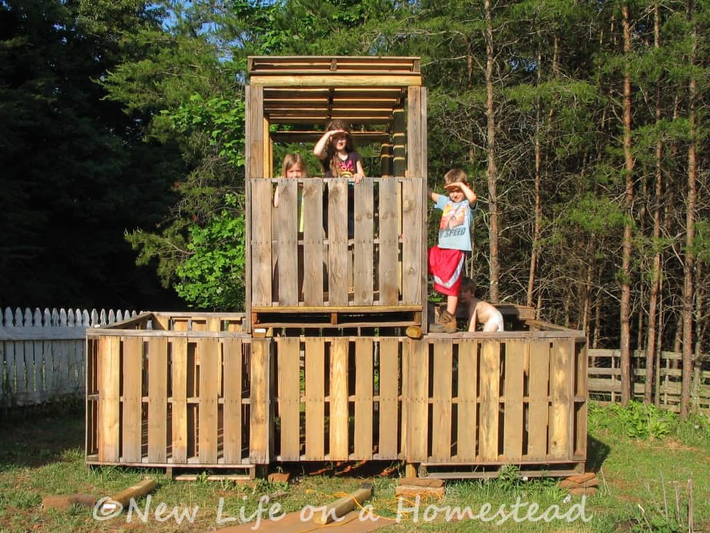make a fort from pallets just b cause